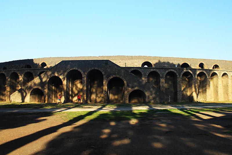 Амфитеатърът / The Amphitheatre