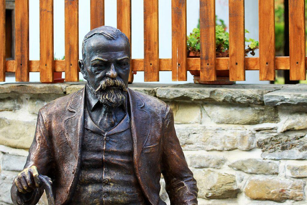 Пред домът на Славейкови